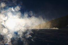 Neve que faz na inclinação Esquiador perto de um canhão da neve que faz a neve fresca do pó Estância de esqui da montanha na calm Imagem de Stock Royalty Free
