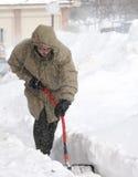 Neve que trabalha com pá no blizzard do inverno Fotografia de Stock Royalty Free