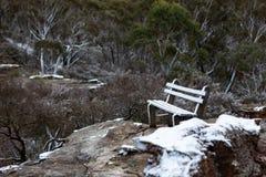 A neve recolheu em um assento de banco no lookou da parede de Lithgows Hassans Imagens de Stock Royalty Free
