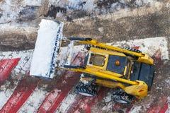 Neve-rimuovendo pulizia a macchina la segnaletica stradale immagine stock libera da diritti