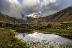 Neve, rocce e fiume in valle di Collanes in vulcano dell'altare di EL Fotografia Stock Libera da Diritti