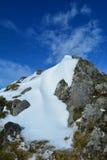 Neve, rocha e céu Foto de Stock