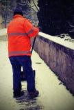 Neve scavatrice con l'alta maglia di visibilità che spala lo spirito del marciapiede Fotografia Stock Libera da Diritti