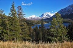 neve scura fredda blu delle montagne del lago del Canada fotografie stock libere da diritti