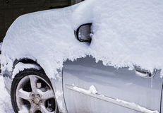 Neve su un'automobile d'argento Fotografia Stock Libera da Diritti