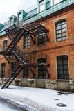Neve sulla via Case con mattoni a vista con le scala Fotografia Stock
