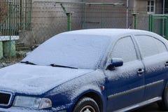 Neve sulle automobili dopo le precipitazioni nevose fotografie stock libere da diritti