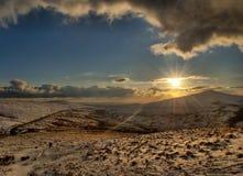 Neve sulle montagne con luce solare diretta Fotografia Stock
