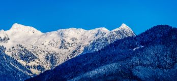 A neve tampada repica os picos formigar e outros picos de montanha das montanhas da costa no Columbia Britânica, Canadá Imagens de Stock