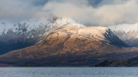 A neve tampou montanhas no passo de Magellan Imagem de Stock