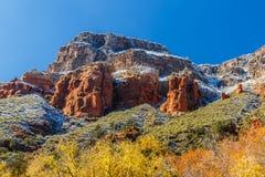 A neve tampou montes e cores brilhantes de Sedona, o Arizona Imagens de Stock Royalty Free