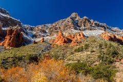 A neve tampou montes e cores brilhantes de Sedona, o Arizona Foto de Stock