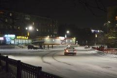 Neve-tempestade na cidade na noite polar fotos de stock