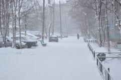 Neve-tempestade na rua da cidade fotografia de stock royalty free