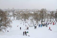 Neve-tubulação dos povos no parque do inverno na vila de Dubrovitsy perto de Podolsk foto de stock