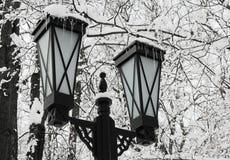 Neve - uma lanterna - um sincelo. Imagens de Stock