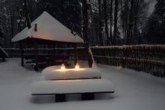 Neve in villaggio alla notte di natale Luci decorative bianche con Immagini Stock Libere da Diritti
