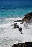 Nevel bij rotsachtige kust met blauw water royalty-vrije stock afbeeldingen