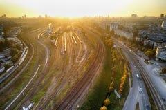Nevel die over de stad van de metropool met grote spoorwegverbinding en wegen liggen Rook en mist die gebouwen behandelen bij hor stock foto