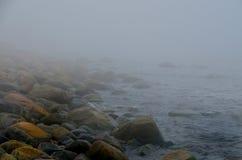 Nevel en mist op een rotsachtig strand Royalty-vrije Stock Foto