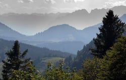 Nevel tussen bergen royalty-vrije stock fotografie