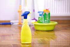 Nevelfles voor het schoonmaken op de vloer Stock Foto