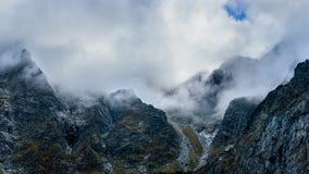 Nevelig bergenpanorama Stock Fotografie