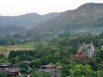 Nevelig dorp in de bergmening Royalty-vrije Stock Foto