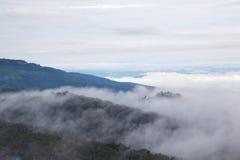 Nevelig landschap met berg Stock Afbeelding