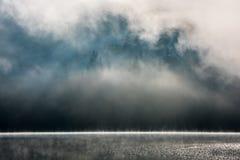 Nevelig landschap van Meer Heilige Anne stock foto's