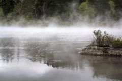 Nevelig meer magisch landschap Stoom die van warm water toenemen royalty-vrije stock afbeelding