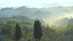 Nevelig ochtendpanorama van de muren van San Gimignano stock videobeelden
