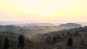 Nevelig ochtendpanorama van de muren van San Gimignano, Toscanië, Italië stock video