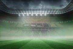 Nevelig voetbalstadion onder schijnwerpers Stock Foto