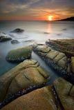 Nevelig zeegezicht bij zonsondergang stock fotografie
