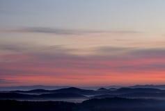 Nevelige bergen Stock Foto's