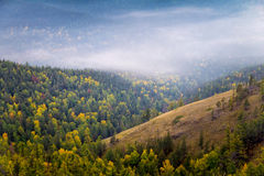 Nevelige bergen in de herfst royalty-vrije stock afbeelding