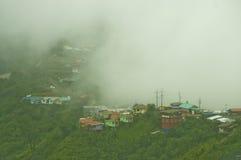 Nevelige bergen in het regenachtige seizoen Stock Afbeelding