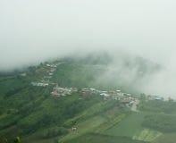 Nevelige bergen in het regenachtige seizoen Stock Foto