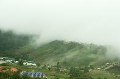 Nevelige bergen in het regenachtige seizoen Royalty-vrije Stock Afbeelding