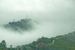Nevelige bergen in het regenachtige seizoen Stock Afbeeldingen