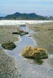 Nevelige dag op een strand stock afbeelding