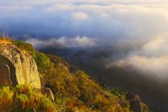 Nevelige dageraad over bergen en rivier Stock Foto's