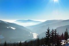 Nevelige de winterdag in de bergen Royalty-vrije Stock Foto's
