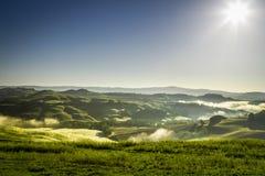Nevelige heuvels in Toscanië bij zonsopgang stock foto's