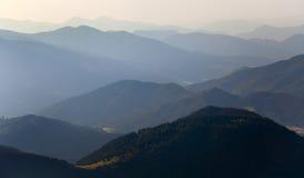 Nevelige horizonnen blauwe tonen stock afbeelding