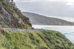 Nevelige kustwegmening Stock Foto's