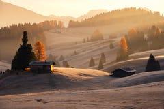 Nevelige landschapsmening in Alpe Di Siusi stock afbeeldingen