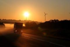 Nevelige landweg met vrachtwagen Royalty-vrije Stock Fotografie