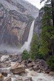 Nevelige Mening bij Lagere Dalingen Yosemite Stock Afbeeldingen